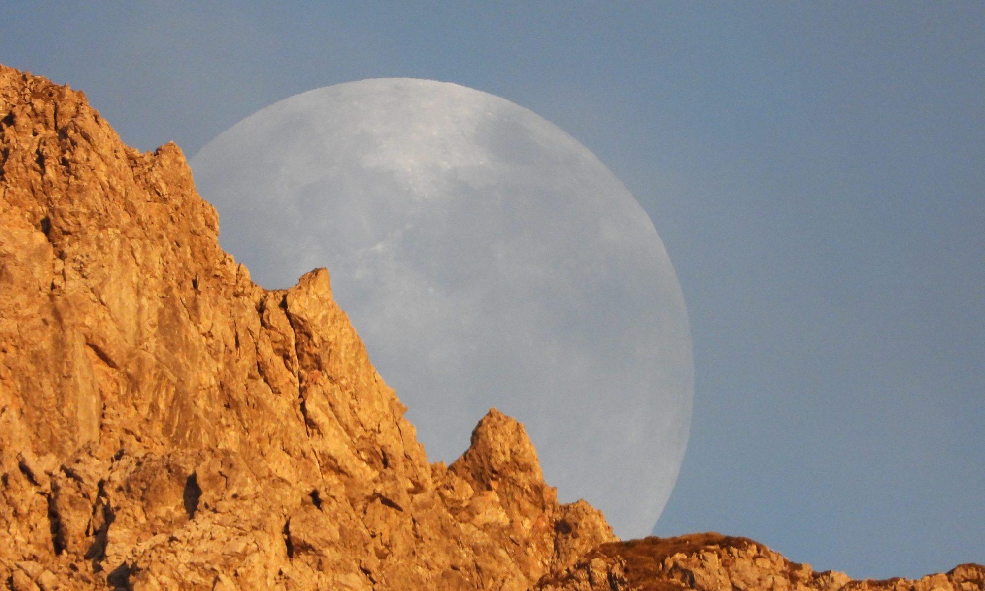 Maan achter berg Kleinwalsertal, Mond hinter Berg